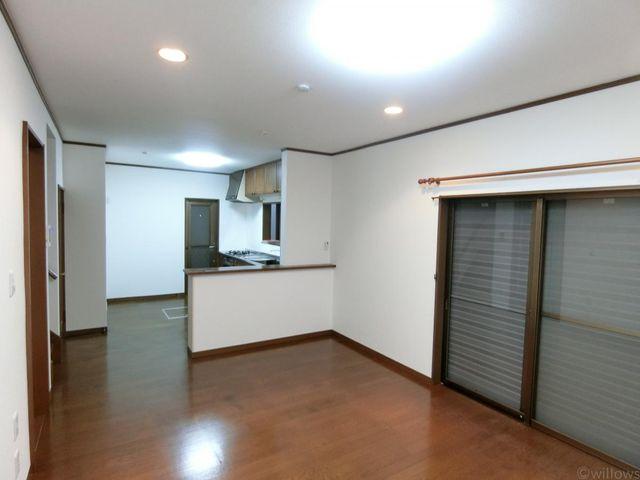 梁のない、すっきりとした間取りがリビングルームを広々と感じさせてくれます。カウンター付きでキッチンスペースに独立性がございます。