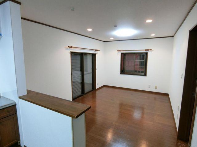 キッチンカウンター部分からの写真です。シャッターがしまっていますが、2面採光で明るい室内ですよ。