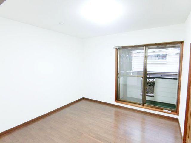 洋室の写真です。バルコニー部分に出られるのが嬉しいです。