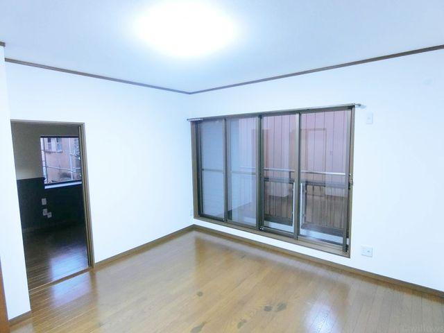 洋室の写真です。梁のないすっきりとした室内でお部屋が広く感じられます。