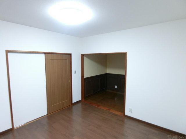 洋室の写真です。大きく奥行のある収納がポイントです。