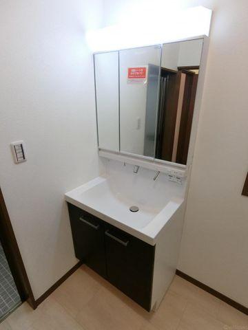 新規で設置した独立洗面台です。ワイドな三面鏡で朝の支度もスムーズです。コンパクトな蛇口部分がスッキリとした印象です。
