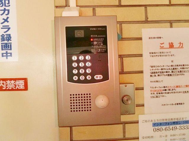 裏口のオートロックシステムです。モニター画面付きで安心のセキュリティ。