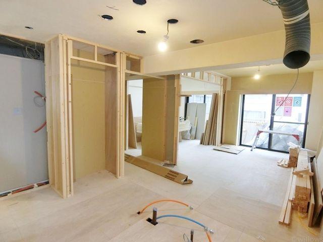 室内リノベーション工事中ですが、ご内覧可能となっております。広さや日当たり等、現地でご確認頂けます。