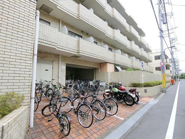 きちんと整列された自転車置き場は、管理体制の良さが伺えます。前面道路は車どおりも少ないため、たいへん静かな環境です。
