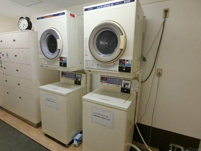 なんと、共用部にはコインランドリーがございます。急な雨や大型のお洗濯などにもご利用頂けますので、大変便利です。