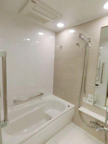 浴室乾燥機付きのバスルームは、雨の日の強い味方です。タワーマンションは洗濯物も干しにくいですが、こちらで解決できますね。