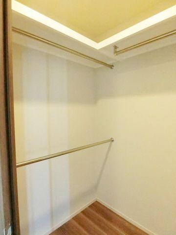 6畳洋室にあるたっぷりとしたWICです。季節もののお洋服やお造時用具、お布団などもここにすっきり収納が可能です。