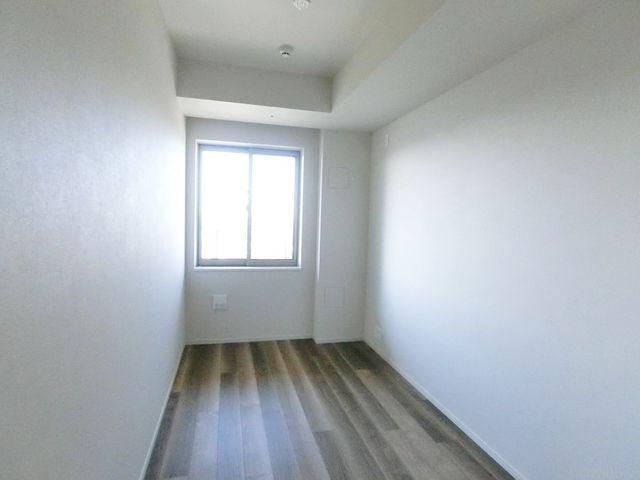 5畳洋室です。天井高が取れており、開放感のある造りになっております。新築未入居につき大変きれいです。