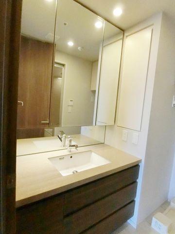 大きな三面鏡が嬉しい、洗面所です。鏡の裏は収納になっておりますので、散らかりがちな洗面所もすっきりご利用頂けます。