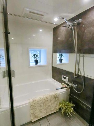 もっとお風呂が好きになる。お風呂に求める「心地いい」という瞬間のために使いやすさと上質な質感を両立するアイテムを備えた空間を演出。浴室暖房乾燥機、追い炊き機能付きのオートバス。窓があるため、明るいです