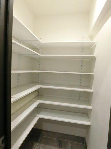 玄関収納部分です。可動式の棚になっておりますので、靴以外にも幅広い用途でご利用頂けます。お掃除用具やベビーカーの収納にもどうぞ。