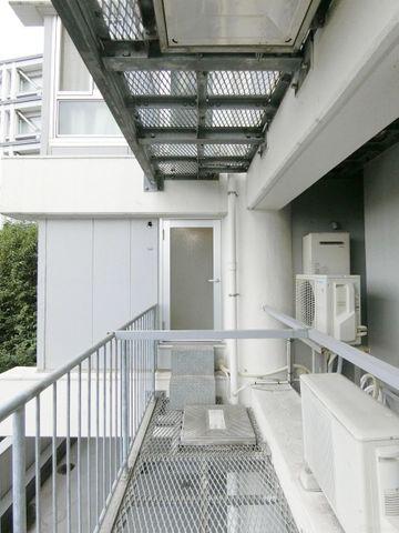 バルコニーとして代用頂けるスペースもございます。都心ながらも緑豊かな住環境で、心安らぐ空間です。