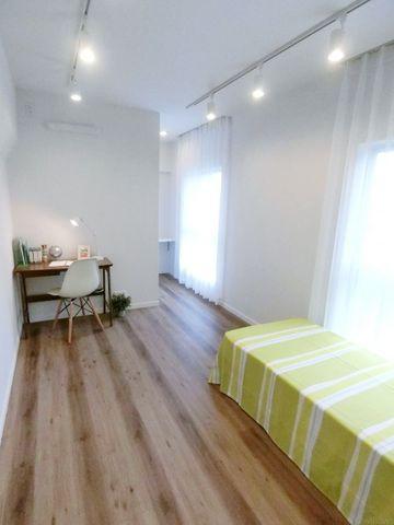8.5畳の洋室は、お子様部屋、お仕事部屋、衣裳部屋など、お好みに合わせてご利用頂けます。採光面が広く、日当たり良好です。