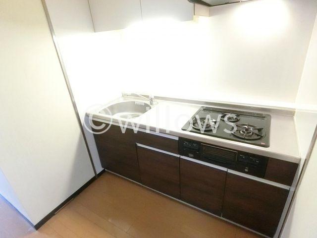 新規交換システムキッチンは落ち着いたブラウンを基調としたシンプルモダンなデザインです。3口コンロでお料理もスムーズです。