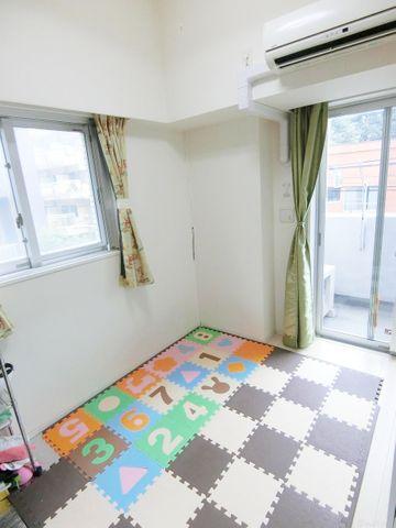 約5帖の居室でございます。東向きでございますので、気持ちの良い朝を迎えることの出来るお部屋です。
