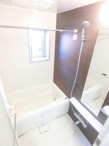 浴室に窓がございますので、換気などもばっちりでカビ対策ができますね。もちろん浴室乾燥機もついております。心身ともに癒されつつ、プライベートなひとときを送ることができるでしょう。