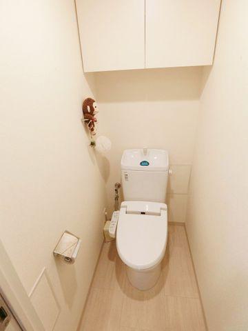 トイレには、当たり前のようにウォシュレットがついております。上部には収納と、白で統一された清潔感のあるトイレです。毎日使う場所だからこそ、細部までこだわり抜かれております。
