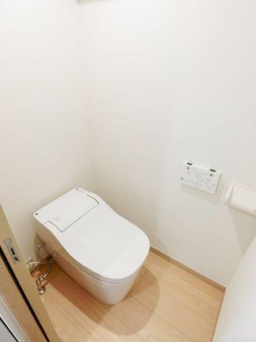 スタイリッシュなタンクレストイレ。ウォシュレット付きです。トイレが綺麗だと、毎日気持ちが良いですね。