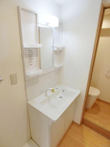 収納スペースもたっぷり。手入れしやすい洗面台なので、お掃除もらくらくです。広々とした空間で、身だしなみチェックや肌のお手入れも快適に。