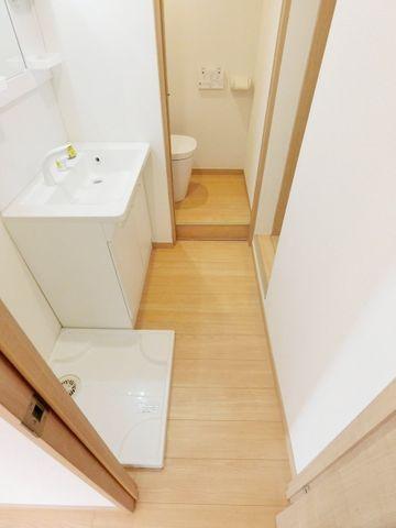 コンパクトながら、すっきりとまとまった洗面所になっております。ダイニング、居室と合わせた統一感のある色合いです。