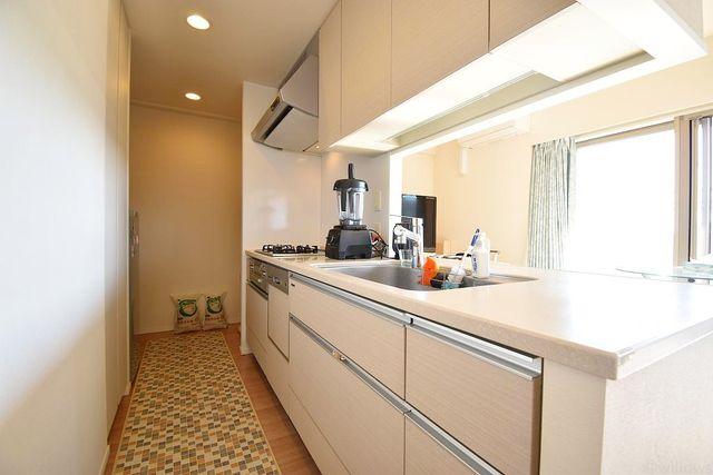 カウンターキッチンは広く且つ収納力があるため、快適に料理をすることができます。食器や炊事用具を手の届くところに配置しやすいため調理もスピーディーです。