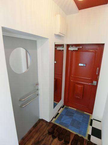 4階のお部屋がブラウンカラーに対し、5階のお部屋玄関ドアはお洒落なカラーに塗り替えております。キッチンスペースと同じフローリングを採用することで一体感が生まれております。