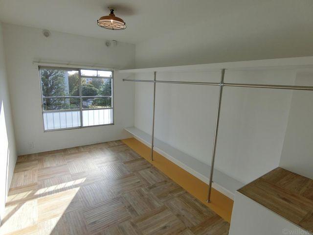 オープンな収納スペースは「見せる収納」としてお使い下さいませ!壁一面お洋服もかけられますし、ご自身で棚を増設しても良いですね。