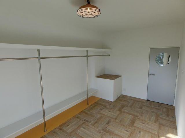 7.5帖洋室の別角度からのお写真です。ダイニング、リビング、洋室とそれぞれ異なるフローリング材を使用しております。