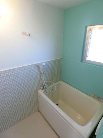 白でミントカラーで統一されたバスルームは清潔感を感じさせてくれます。窓がある為風通し良好、湿気の多い季節でもお掃除楽々ですね。