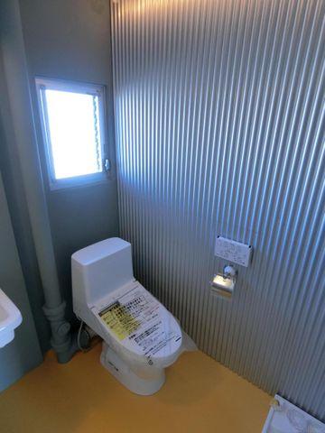新規交換済みのトイレ、清潔感があります。トイレだけに採用されたクロスにご注目下さいませ。