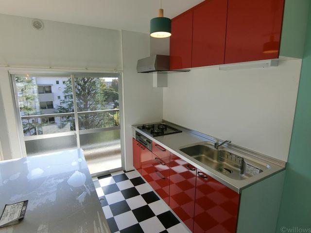 サイドから光が差し込む明るいキッチン。お料理も弾みます。アクセントカラーの赤を採用したキッチンは自然とお料理の気分を上げてくれそうです。
