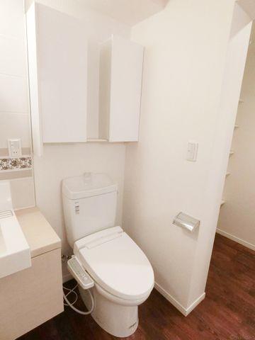 上部に収納が付いた、すっきりとした空間にあるトイレです。ウォシュレット付。