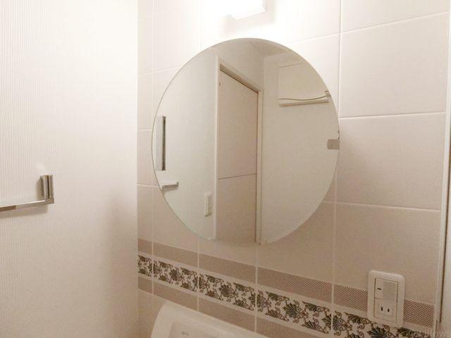コロンとした丸型の可愛らしい鏡です。朝の身支度、夜のお手入れはこちらでどうぞ。コンセントやライトもついております。