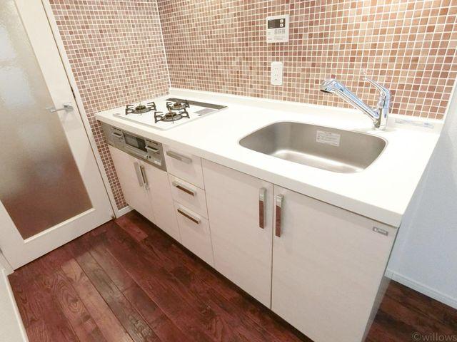 コンパクトながら、すっきりとまとまったキッチンです。スペースは十分にございますので、お料理も楽々。浄水器付。