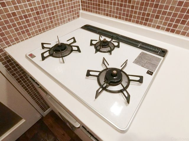 お料理の幅が広がる、3口コンロでございます。取り外し可能のため、お掃除もしやすいですね。