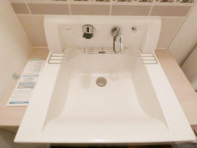 洗面台です。上から水がでるタイプのため、汚れにくく快適。