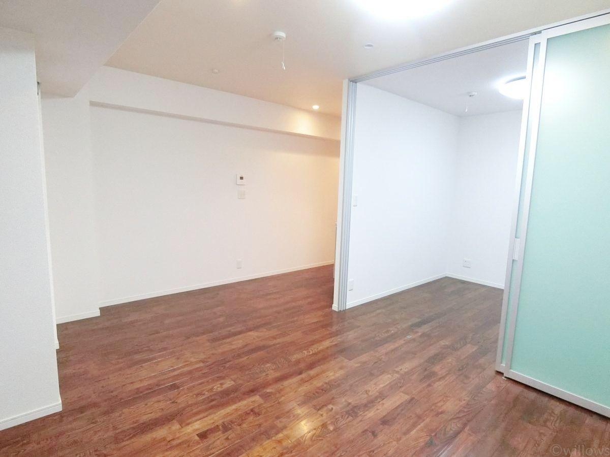 都会的かつ、どこか懐かしい色合いのデザイン性が高い室内になっております。現状空室に付きご都合の良い日程でご内覧可能。
