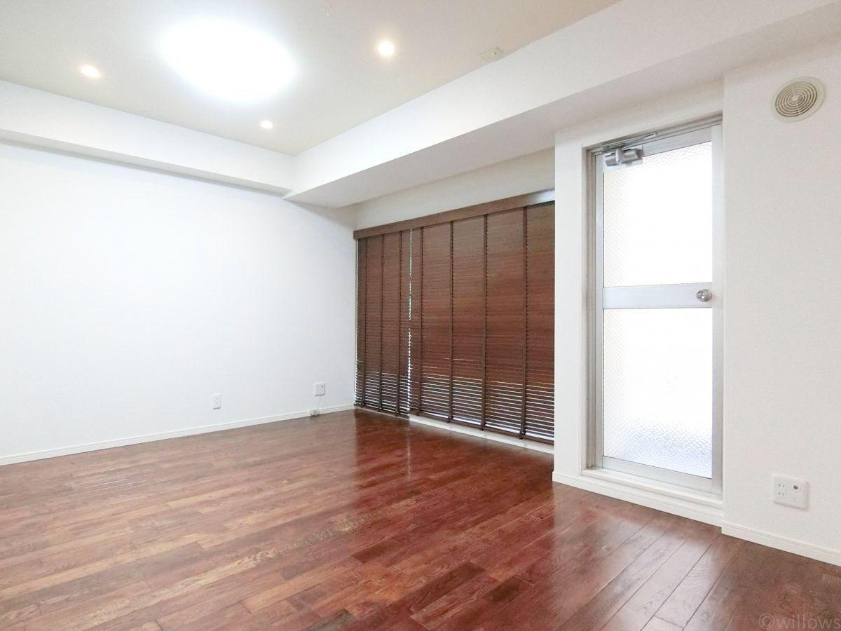 南向き住戸に付き、1日中優しい光が差し込みます。窓を開放すると、更に開放的な空間に。