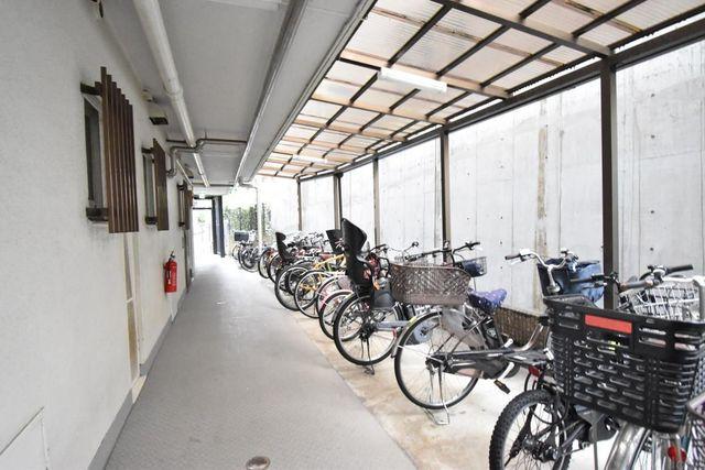 屋根付きの駐輪場を完備。都心にも自転車ですぐに移動することができます。