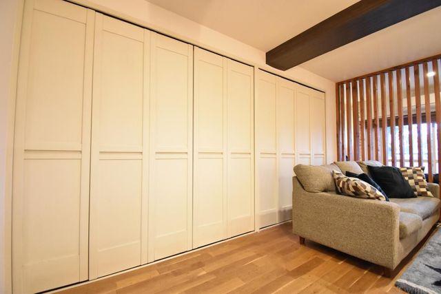 ワイドな収納の使い勝手がポイント。壁一面の収納は使いやすさ、無駄なくお使い頂く事ができます。