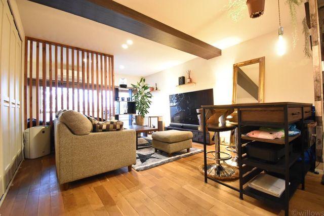 室内はリフォーム履歴があり、おしゃれな空間を演出しております。木のぬくもりを感じることができ、まるで秘密基地のような心をくすぐられる室内となっております。