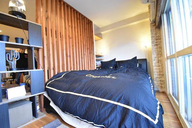 バルコニーに面している箇所になります。木製ルーパーにより空間をしっかり分けることができ南向きの為、日当たりを確保できております。大きめのベッドが入る広々とした空間です。