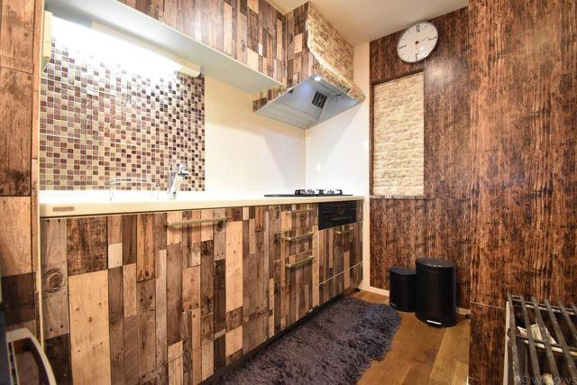 キッチンは売主様のDIYで木目調に。奥行きがあり非常に使いやすい仕様になっております。気分によって元々の白いタイプのキッチンに戻すことも可能です。