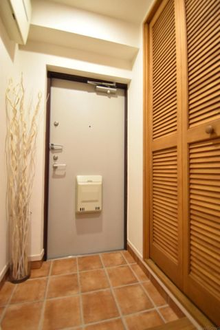玄関収納完備。玄関収納には非常に高さがありシューズを多く収納できることがポイントにです。