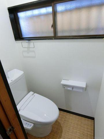きれいなトイレです。窓があり、換気も楽々。いつでもさわやかな空間です。