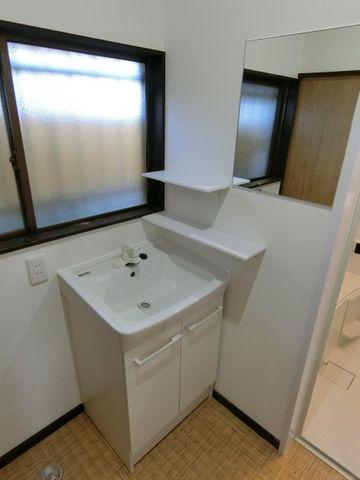 鏡と洗面台が別になった、少し珍しい洗面所です。