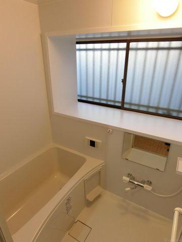 大きな窓があるバスルーム。戸建ならではの癒しの空間をお楽しみいただけます。