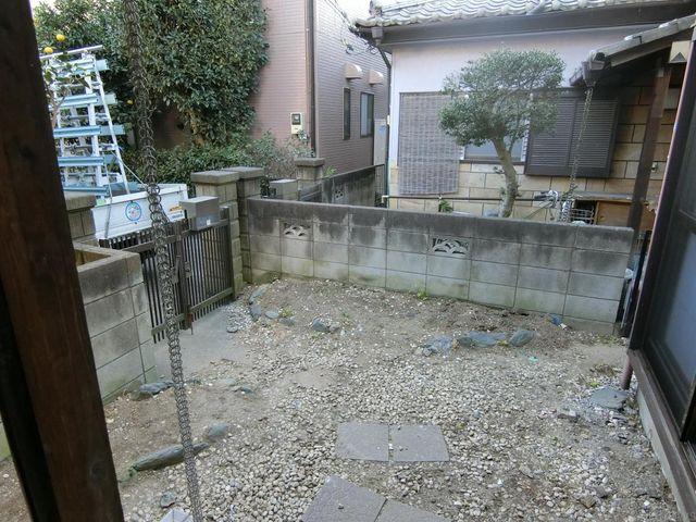玄関はちょっとしたお庭のようなスペースがございますので、家庭菜園や駐輪場としてご活用ください。
