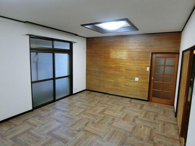 ゆったりとしたリビングは、大きな窓がございますので、日当たり良好です。ウッド調の優しい色合いでほっとします。